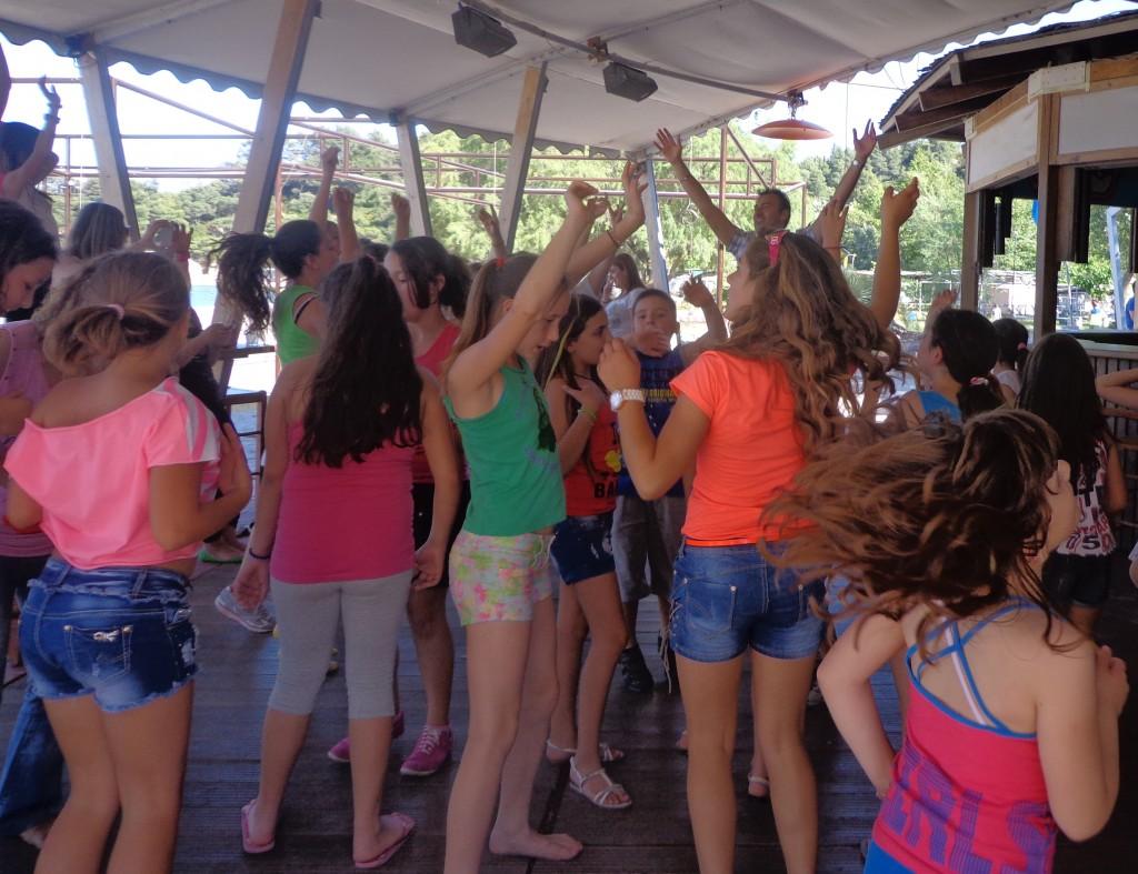 χορευτικό ξεφάντωμα με τους ρυθμούς του DJ