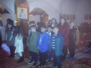 Μοθητές συμμετέχουν στη θεία λειτουργία
