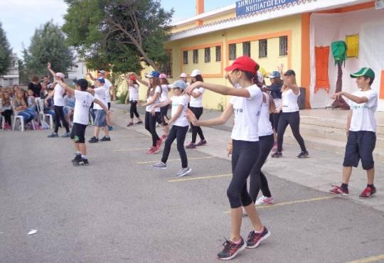 Παρουσιαση μοντέρνου χορευτικού στη εκδήλωση του δικτύου των σχολείων κατά της σχολικής βίας στο Δημ Σχ Παραλίας Διονυσίου-7-5-2014