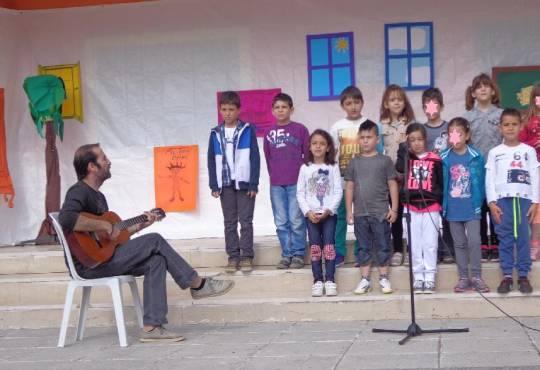 Τραγουδάμε για τη φιλία -Δημ.Σχ Παραλίας Διονυσίου-7-5-2014